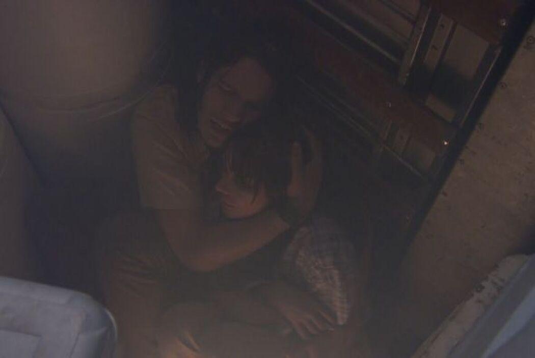 Casi de manera milagrosa 'Cejas' y Griselda logran huir en un transporte...