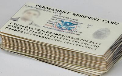Inmigrante denuncia que su tarjeta de residencia fue confiscada en un banco