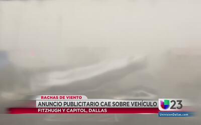 Anuncio publicitario cae sobre vehículo en Dallas