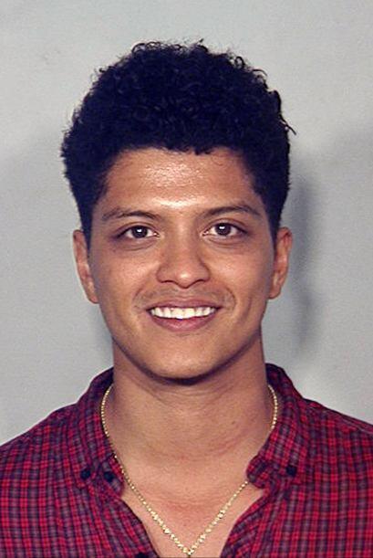 En esta foto se muestra a Bruno Mars detenido en 2010 en Las Vegas por p...