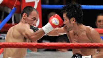 El japonés Shinsuke Yamanaka golpea al mexicano Christian Esquivel