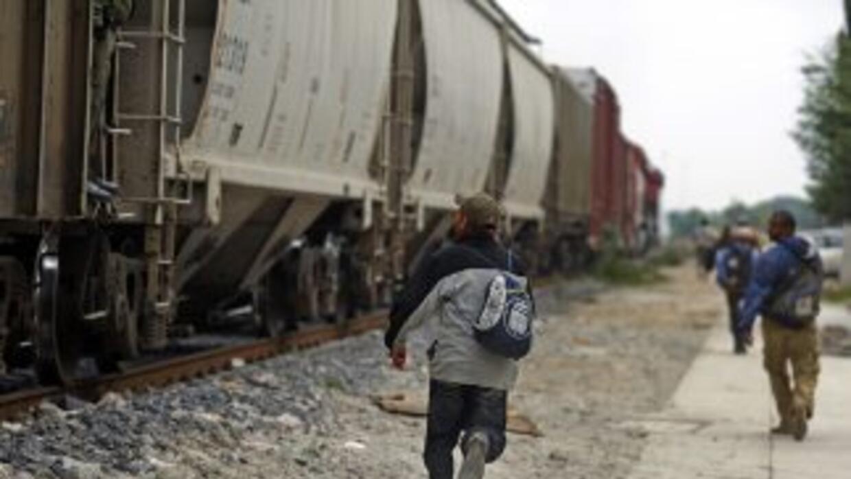 Unos 400 mil migrantes centroamericanos llegan a México cada año en su c...