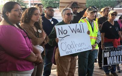 Miembros de la tribu de Arizona, Tohono O'odham, protestaron frente a la...