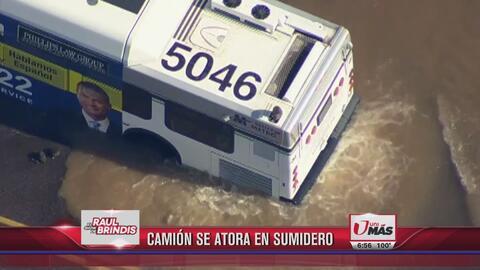 Increible: Camión se atora en sumidero