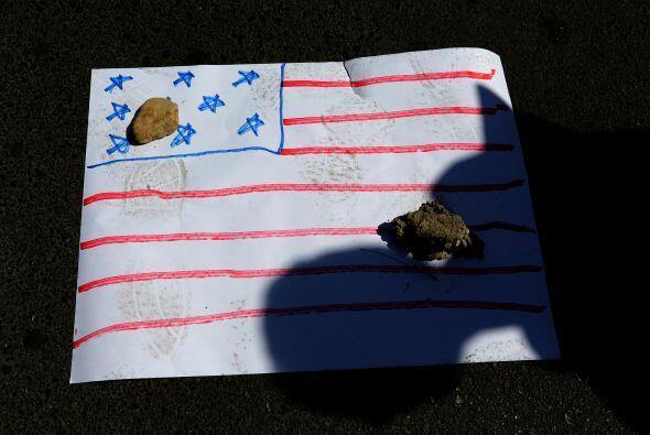 Con esta simulación de la bandera de Estados Unidos, iraníes protestan c...