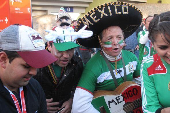 Por supuesto no podían faltar el sombreo mexicano y una buena gui...