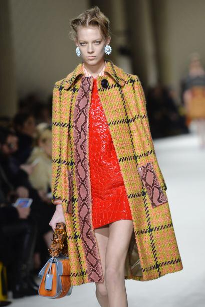 Este vestido de cuero luce muy bien con la combinación del estampado del...
