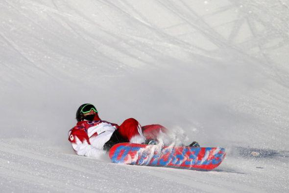 Charles Reid, de Canadá, se patinó durnate la semifinal de snowboard en...