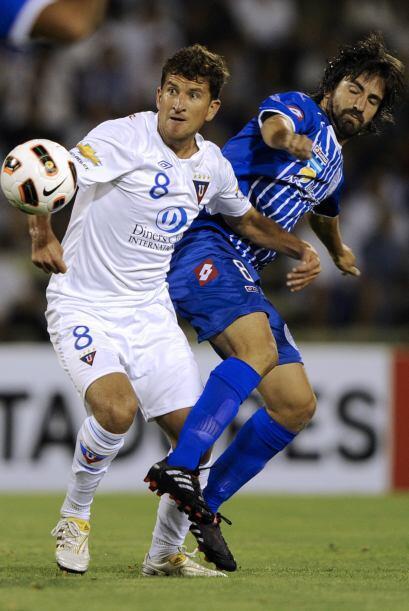 El veterano Patricio Urrutia disputando un balón con el argentino Diego...