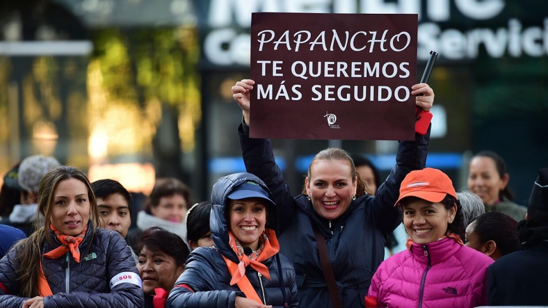Muchos mexicanos saludan al Papa en las calles de la capital.
