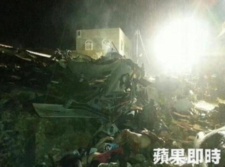 En el avión iban 54 pasajeros y cuatro tripulantes. Los bomberos trabaja...