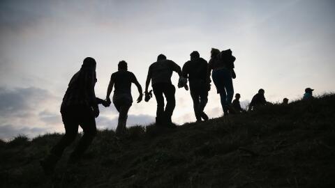 Inmigrantes indocumentados y esposados por agentes de fronteras