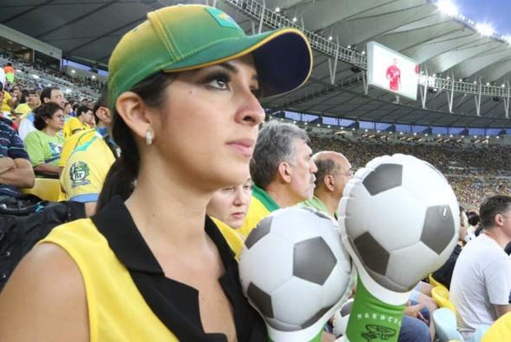 Muy atenta vimos a Maity conviviendo con la afición brasileña.