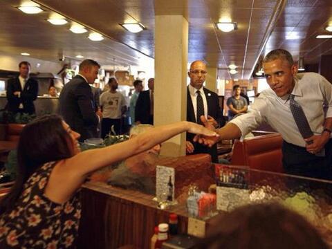El presidente de EEUU, Barack Obama, saluda a comensales en el restauran...