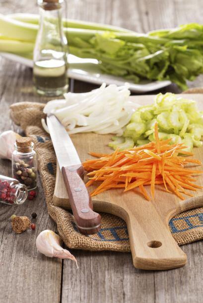 Agrega 1 zanahoria pelada y cortada en juliana, ¼ taza de hojas de perej...