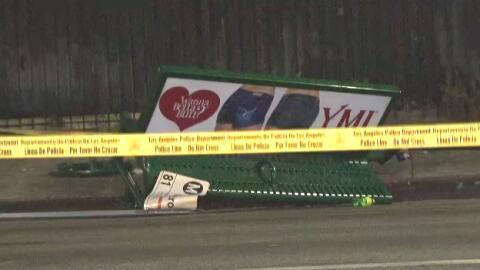 Banco de una parada de autobús de Sur Los Ángeles arrollado por un vehículo