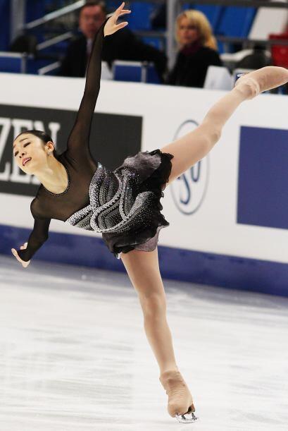 La campeona olímpica, la surcoreana Yuna Kim trató de llev...