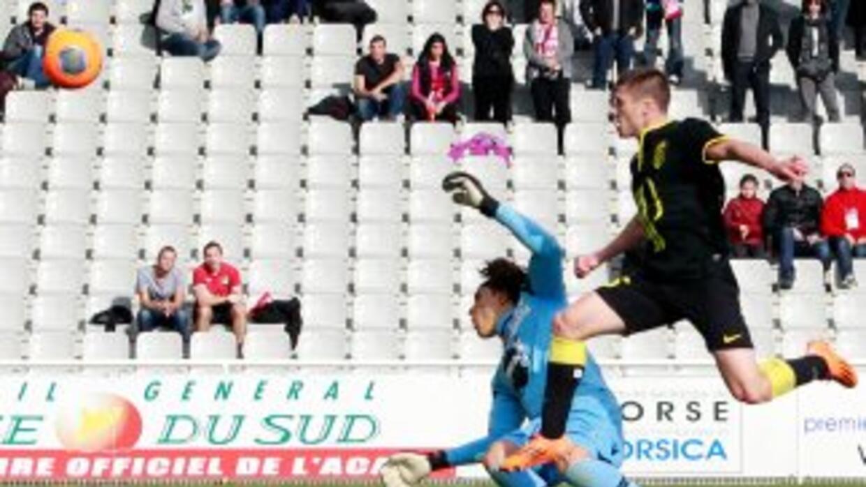 Ochoa evitó goles como en esta jugada, pero nada pudo hacer ante Kalou y...