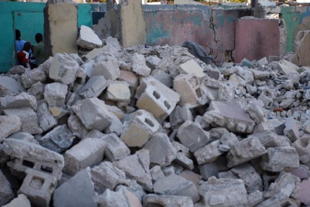 Las aplanadoras destruyeron lo que quedaba del portón y la gente pudo ve...