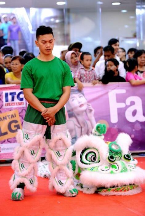 El interés en la danza del león chino fue revivido en Indonesia tras el...