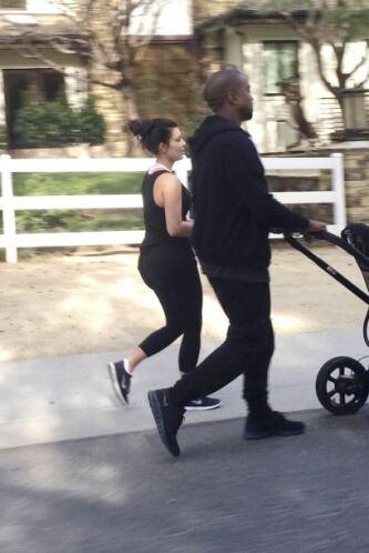 Kim y Kanye sólo estuvieron unos minutos fuera de su hogar.  Mira aquí l...