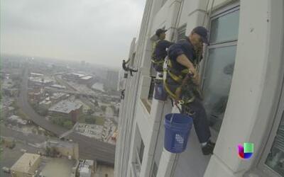 Mexicanos con nervios de acero limpian ventanas a 40 pisos de altura