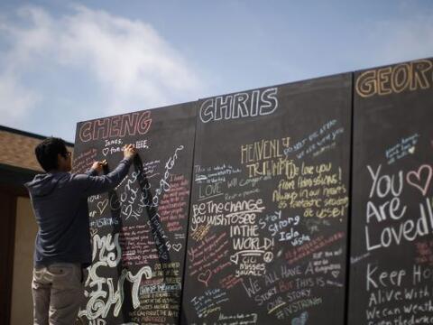 La comunidad de UCSB está creando un memorial de 10 mil cintas para las...
