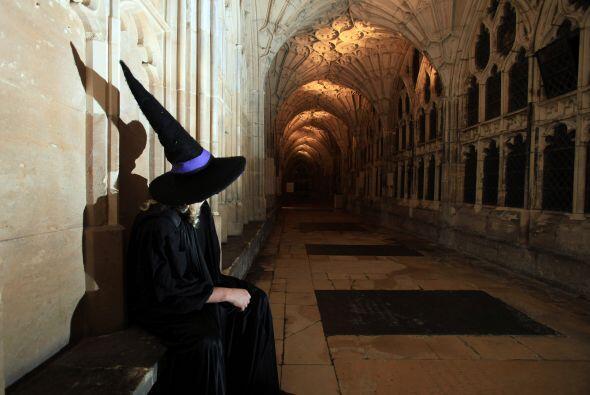 Antes de Harry Potter, los sombreros puntiagudos y las escobas nos remit...