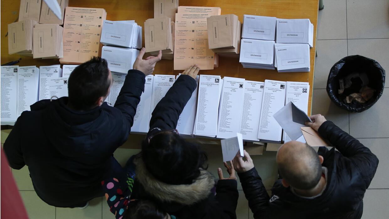 Conteo de votos en una mesa electoral