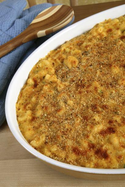 Extiende la mezcla de la pasta de manera uniforme en el plato y cubre co...
