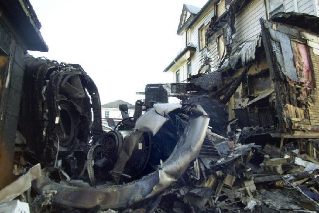 """7. Nueva York, 2001 """" Piloto pierde control en turbulencia estrellándose..."""