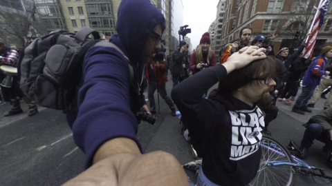 Un manifestante intentando demostrar a la policía que sus intenci...