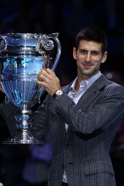 El serbio Novak Djokovic recibió el trofeo que lo acredita como e...