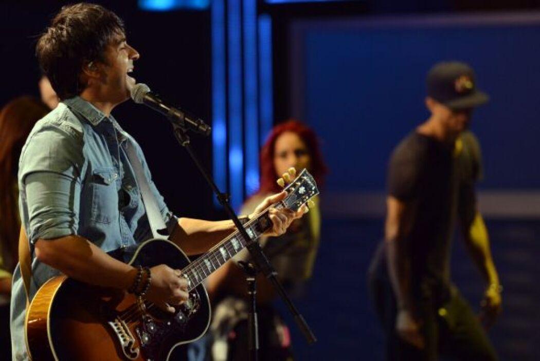 El guapo cantante estaba de estreno con su tema 'Corazón En La Maleta'.