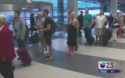 Largas filas en aeropuertos en fin de semana de Memorial Day
