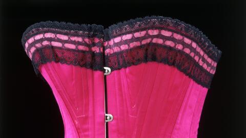 Corsé de encaje y seda de 1800 expuesto en el Museo Víctor...