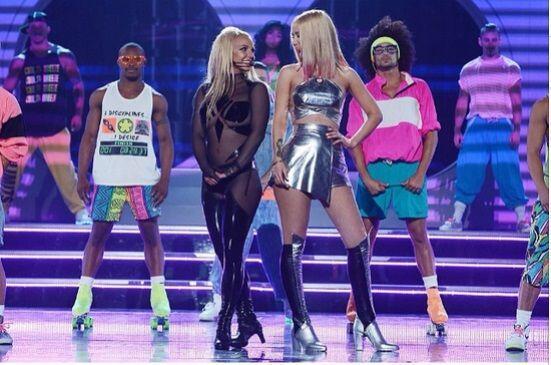 Así es, las afortunadas fueron Britney e Iggy Azalea, que cantaron 'Pret...