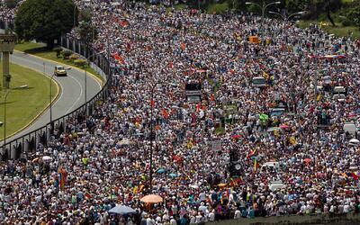 Continúa la tensión: miles de venezolanos esperan una solución a la cris...
