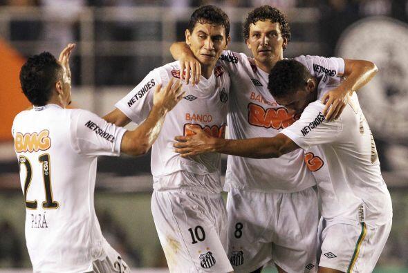 Santos, terminó el juego con nueve jugadores, se mantiene en la disputa...
