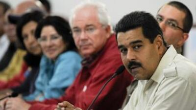 El presidente de Venezuela, Nicolás Maduro, acompañado por funcionarios...
