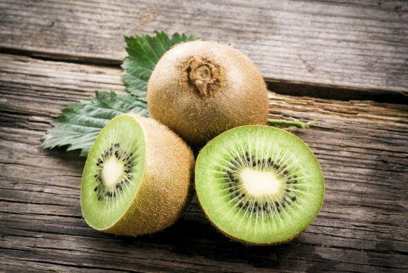 Kiwi. Esta pequeña fruta contiene muchísima vitamina C y antioxidantes q...