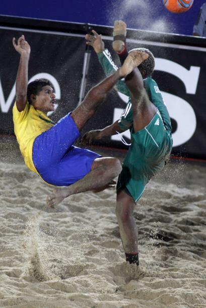 Imagen futbolera tipo ballet entre jugadores de Brasil y Portugal en el...