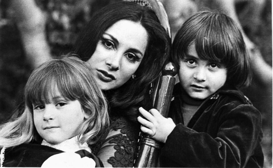 Paulina Rubio a los 6 años de edad aproximadamente, con su mam&aa...