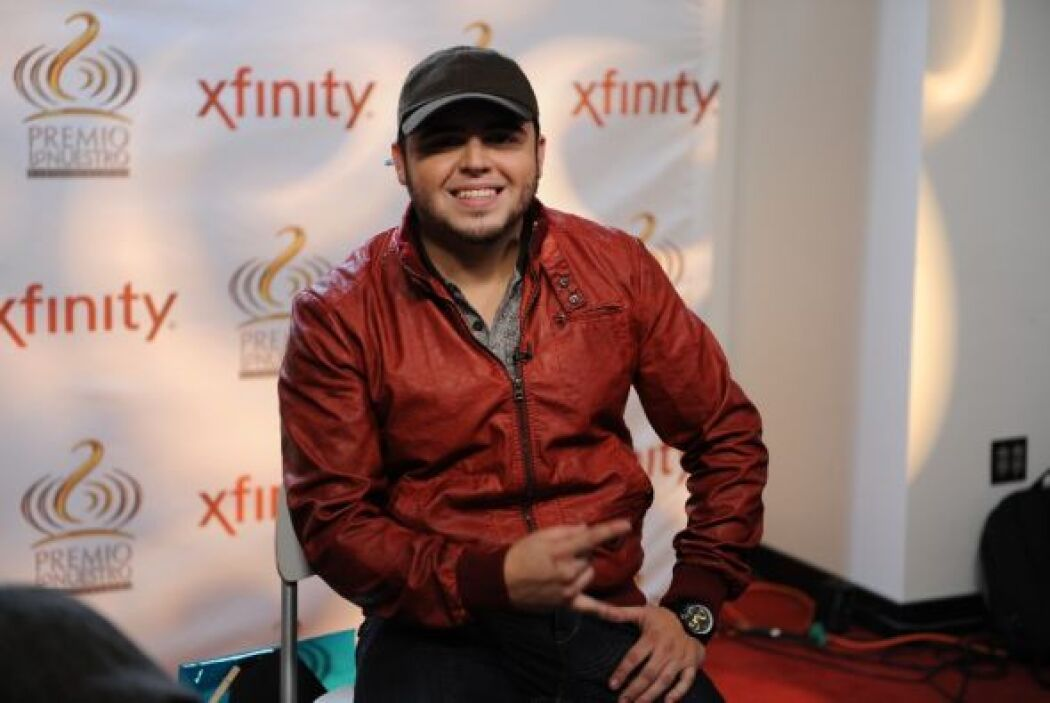 Al pasar a la sala de Univision.com se puso su chamarra roja.