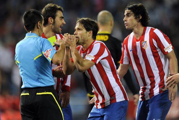 varios futbolistas se quejaban del trabajo del árbitro.