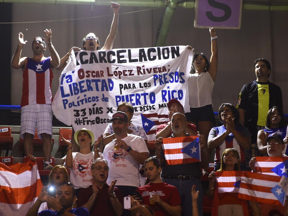 Un grupo de puertorriqueños sostiene una pancarta demandando la liberaci...