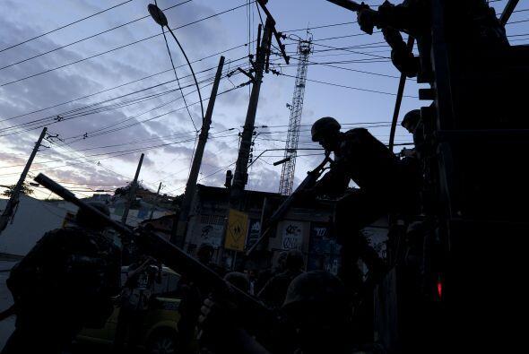 Con el conglomerado de favelas cercado por militares armados, apoyados p...