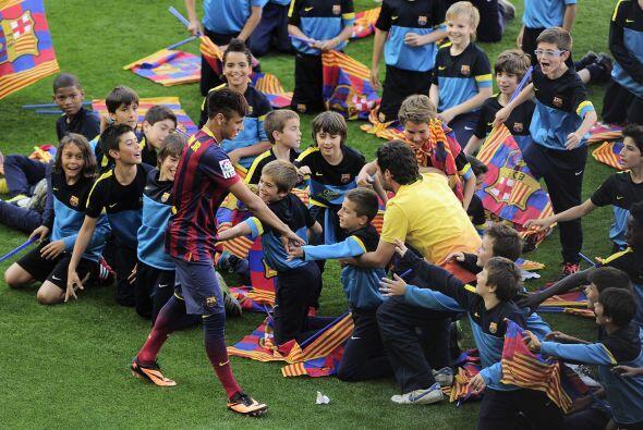 Neymar pasó al lado de muchos de estos pequeños para darle...