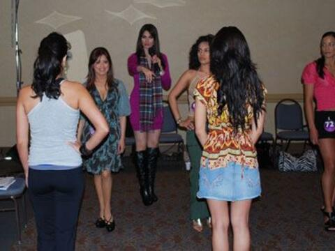 Cynthia Olavarría enseña a las chicas de Nuestra Belleza L...