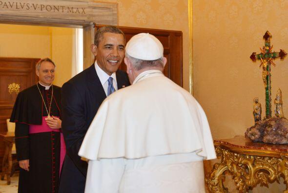 Obama y Francisco comenzaron su reunión con un apretón de manos.